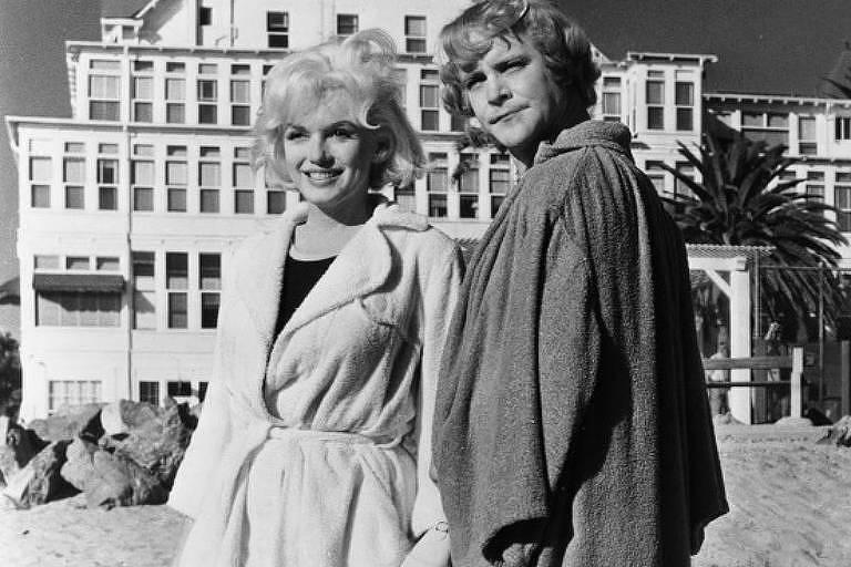 """Marilyn Monroe e Jack Lemmon em cena de """"Quanto Mais Quente Melhor"""" (1979), dirigido por Billy Wilder"""