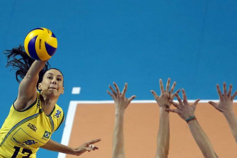 A ponteira Sheilla, bicampeã olímpica, em ação pela seleção brasileira