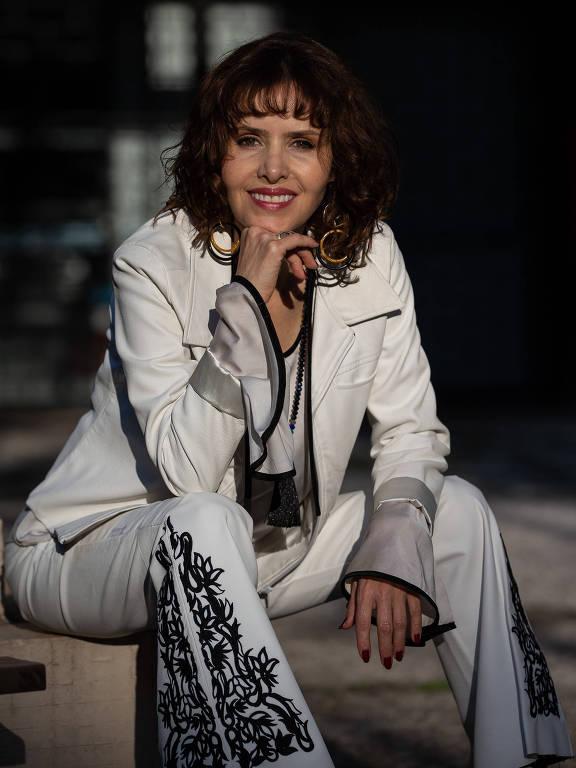 A atriz Leona Cavalli em ensaio no pátio do prédio onde mora em Santa Cecília