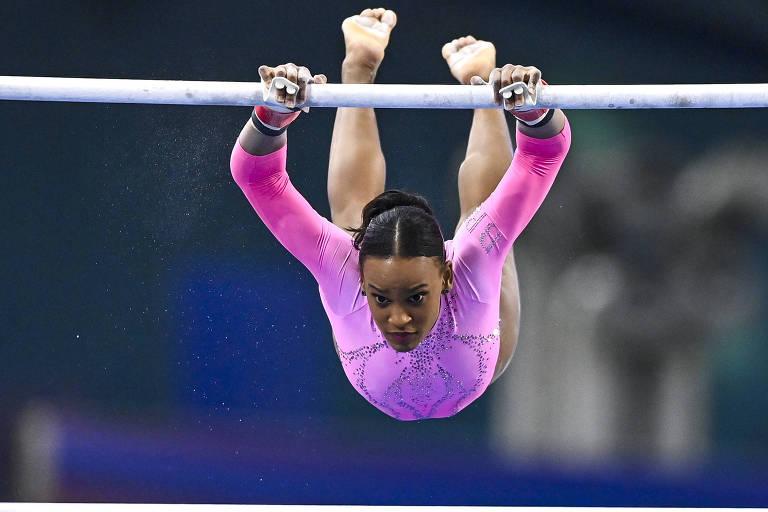 Rebeca se apresenta nas barras assimétricas durante a etapa de Doha da Copa do Mundo