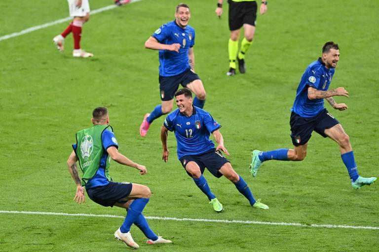 Pessina (camisa 12, ao centro), que também saiu do banco, celebra o segundo gol italiano sobre os austríacos