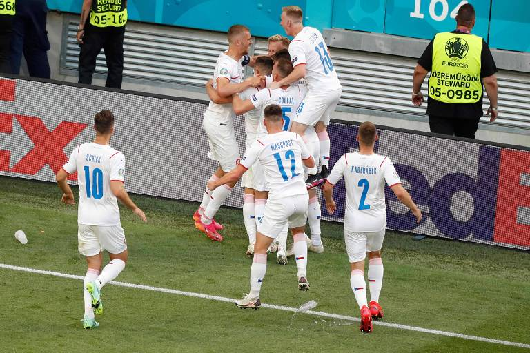 Jogadores da República Tcheca comemoram o primeiro gol sobre a Holanda em Budapeste