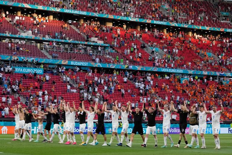 Tchecos cumprimentam torcedores na Puskás Arena, em Budapeste, após classificação na Euro