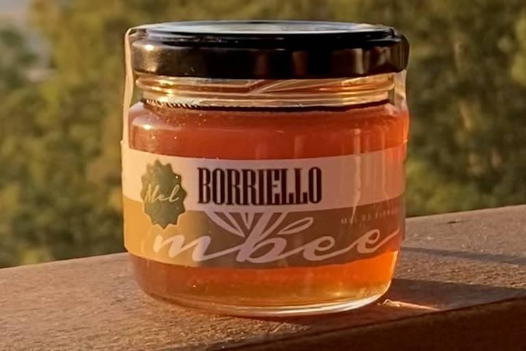 Mel de abelhas de plantação de olivas da Borriello, uma parceria com a empresa de méis nativos Mbee