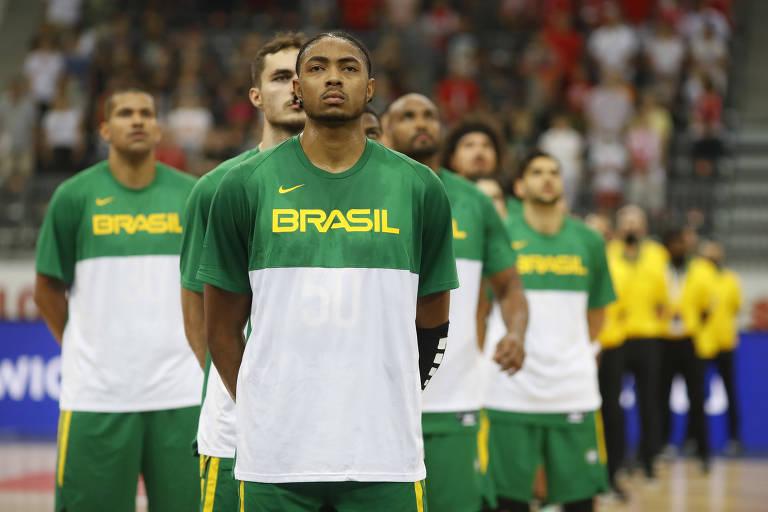 Seleção brasileira perfilada, com Bruno Caboclo à frente