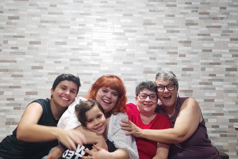 Da esq. para a dir., Túlio, Paloma, Maria Rita, Fúlvia e, no centro, Catarina