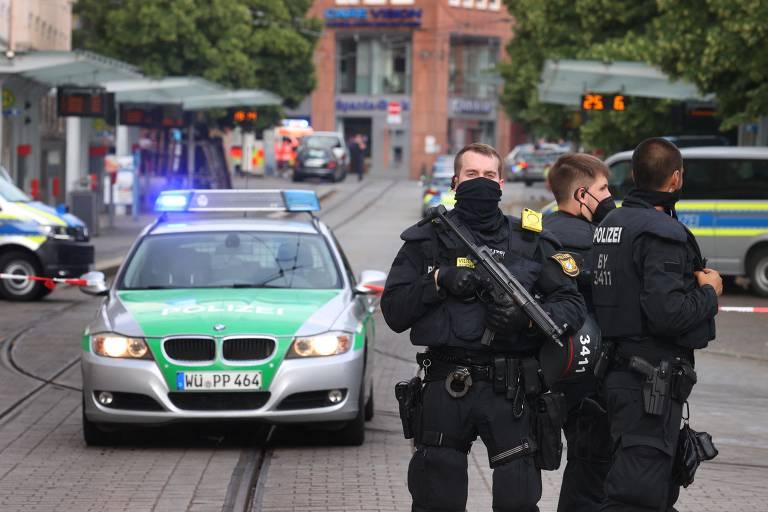 Policiais monitoram o centro da cidade de Würzburg, no sul da Alemanha, após ataque a faca