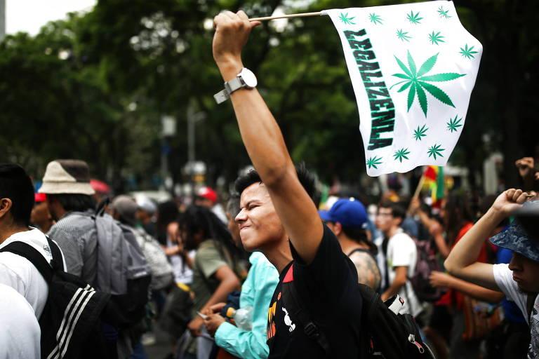 Ativistas na Cidade do México protestam contra adiamento no Senado de discussão da lei que regulamenta uso recreativo de maconha