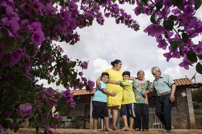 Mulher, filhos e familiares de José Aparecido no município de Tuiuti, no interior de São Paulo