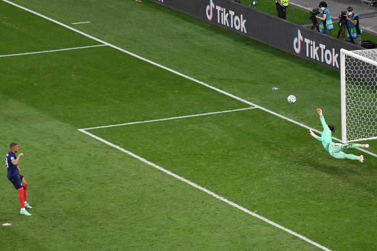 Suíça busca empate heroico e bate França nos pênaltis após erro de Mbappé