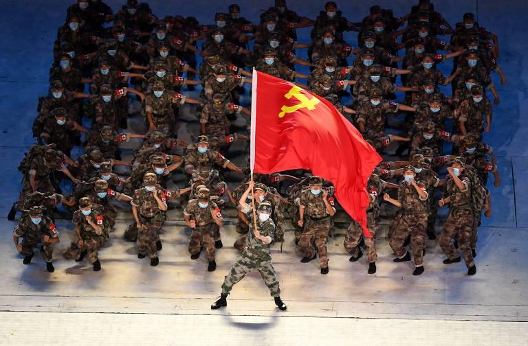 Apresentação durante evento de celebração do centenário, no Estádio Nacional de Pequim