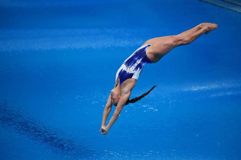 Saltadora se aproxima da água