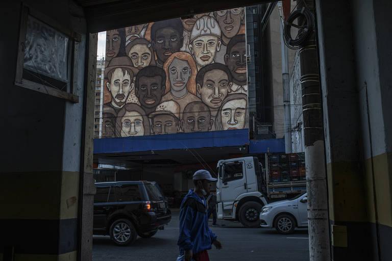 """O mural """"Trabalhadores de Brumadinho"""", de Mundano, é uma homenagem aos 270 trabalhadores que morreram na tragédia de 2019"""