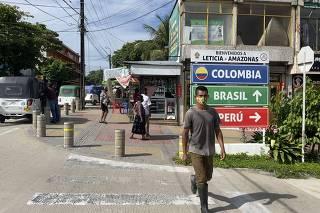 Placas no centro de Leticia, na Colômbia