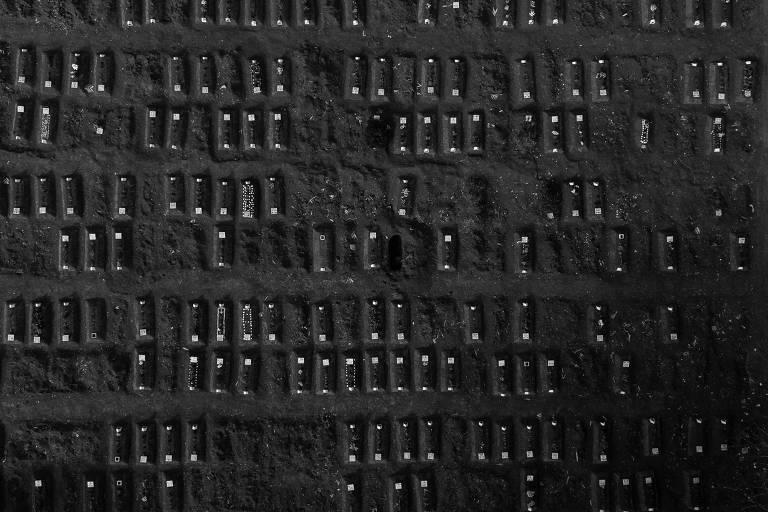 Vista aérea de covas recentemente fechadas no Cemitério Vila Formosa, em São Paulo