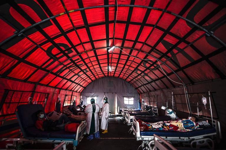 Profissionais de saúde atendem pacientes com Covid-19 em tenda montada do lado de fora de hospital em Bogor, na Indonésia