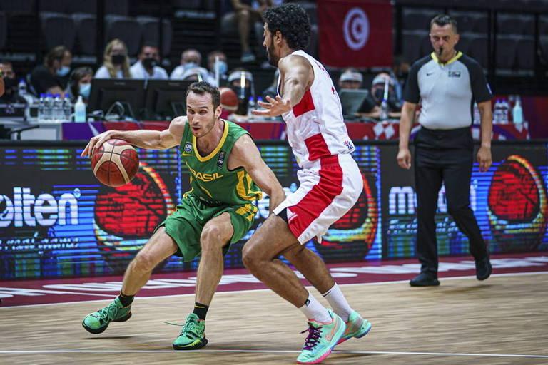 Marcelinho Huertas tenta passar por marcador da Tunísia na estreia do Pré-Olímpico, em Split, na Croácia
