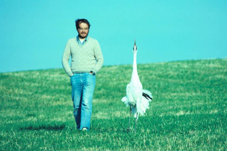 Ornitólogo George W. Archibald e a grua-americana Tex passeiam pelo International Crane Foundation