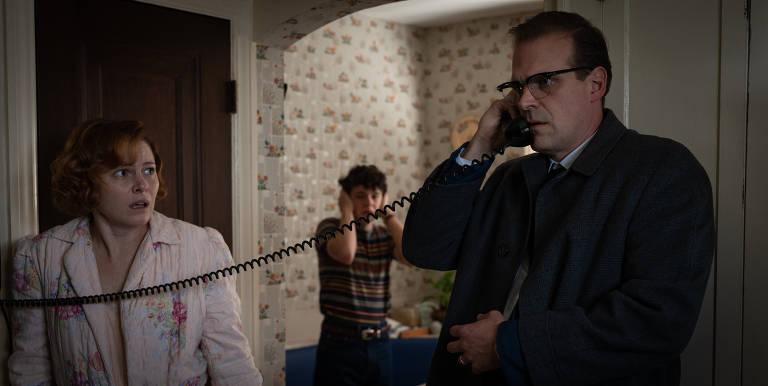"""Amy Seimetz, Noah Jupe e David Harbour em cena do filme """"Nem Um Passo em Falso"""""""