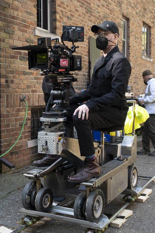 """Steven Soderbergh no set de filmagem de """"Nem Um Passo em Falso"""""""