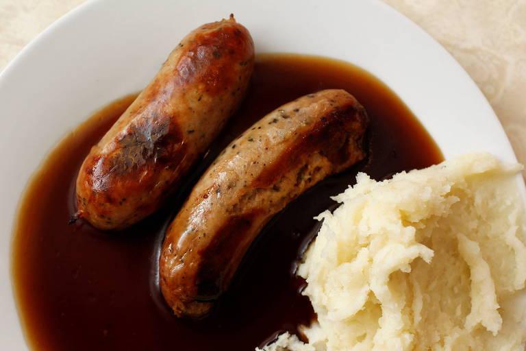 'Bangers and Mash', prato tradicional do Reino Unido, com linguiças ao molho e purê de batatas, em restaurante de Londres