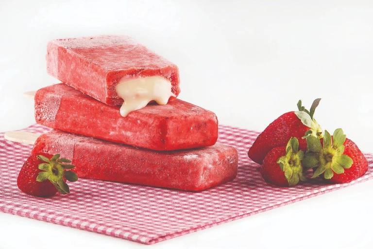 Paleta de morango recheada de leite condensado da Don Camaleon Paletas e Gelatos
