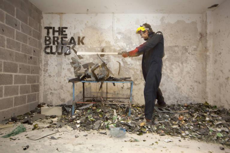 O Break Club, onde pessoas pagam para destruir objetos, no bairro Palermo na cidade de Buenos Aires, que foi aberto em 2014