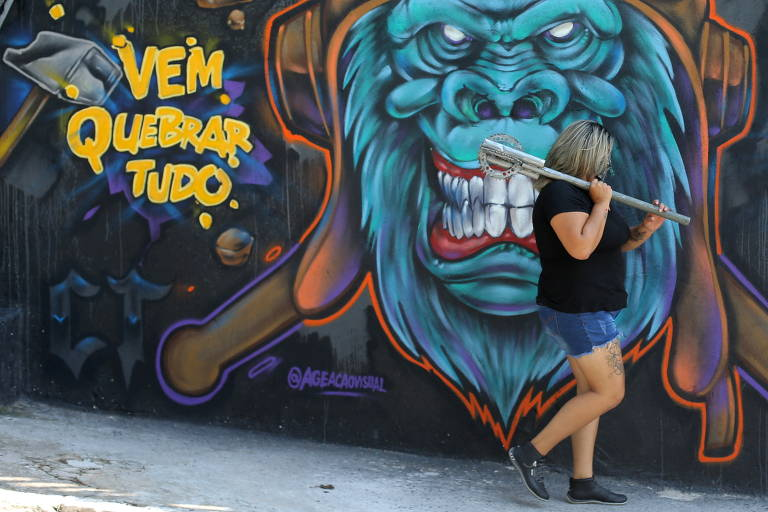 Fechada do Rage Room CT com um grafite e e frases como 'vem quebrar tudo'