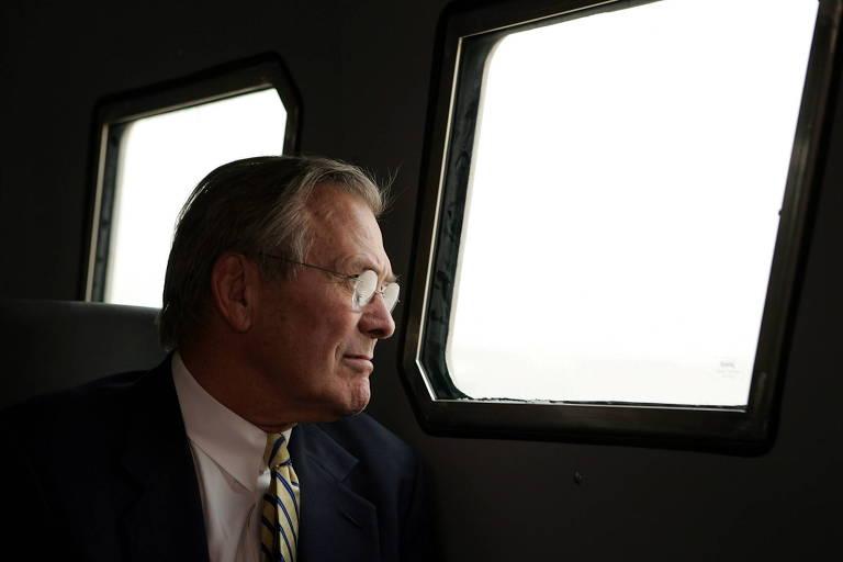 O então secretário de Defesa dos EUA Donald Rumsfeld durante visita à prisão de Abu Ghraib, próximo a Bagdá