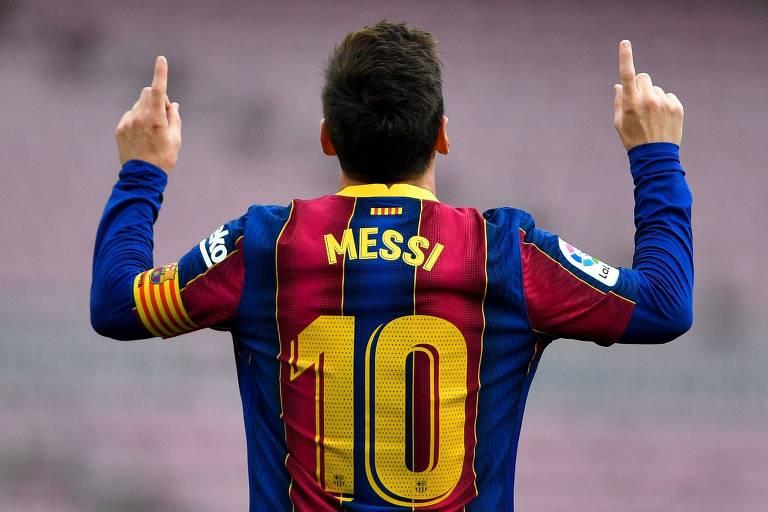 Lionel Messi comemora, com seu gesto característico de apontar para o céu, gol marcado pelo Barcelona