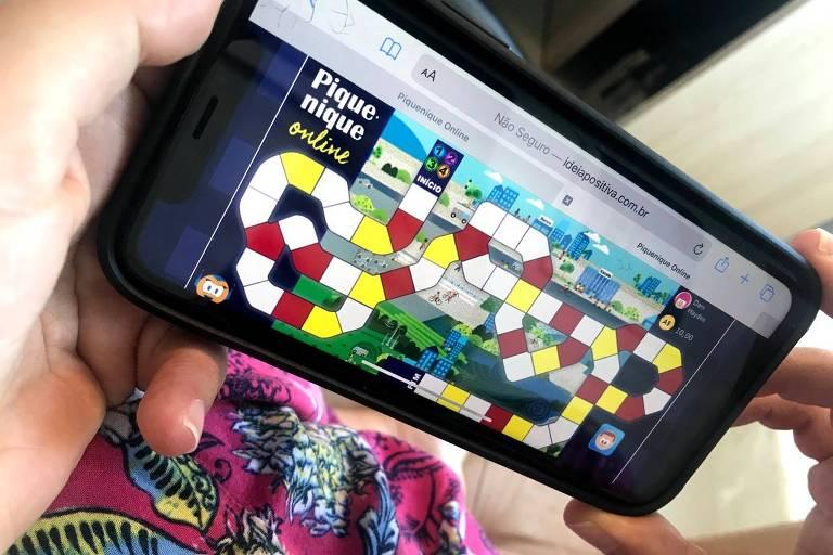 celular mostra na tela jogo de tabuleiro