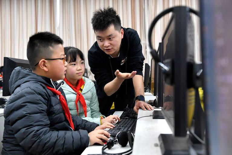 Professor durante aula a estudantes de escola primária em Baoji, no noroeste da China