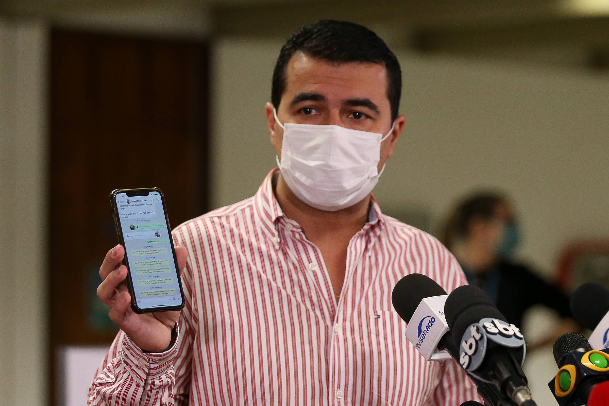 O deputado Luis Miranda (DEM-DF) conversa com jornalistas ao sair da CPI da Covid no Senado