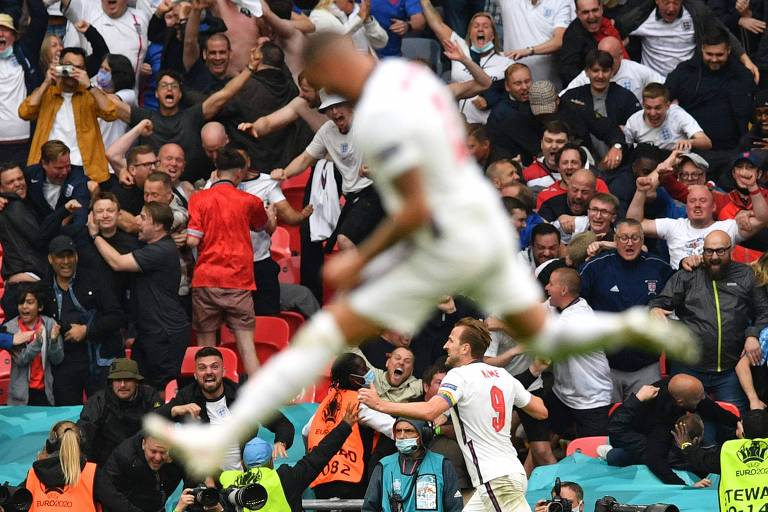 Harry Kane comemora gol pela Inglaterra na frente da torcida em Wembley