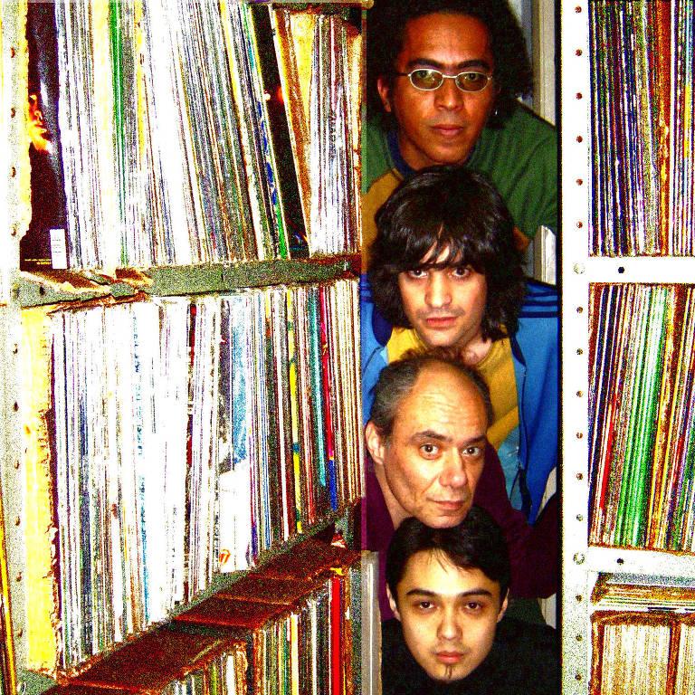4 cabeças empilhadas entre LPs
