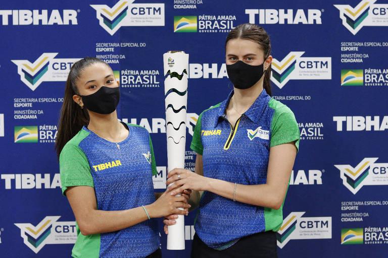 Bruna (à dir) e Giulia Takahashi em evento da Confederação Brasileira de Tênis de Mesa