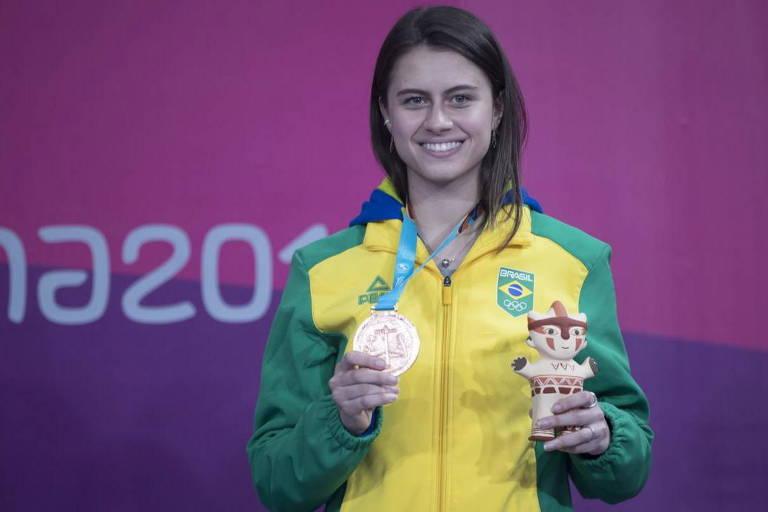 Bruna Takahashi com medalha conquistada no Pan-Americano de Lima, em 2019