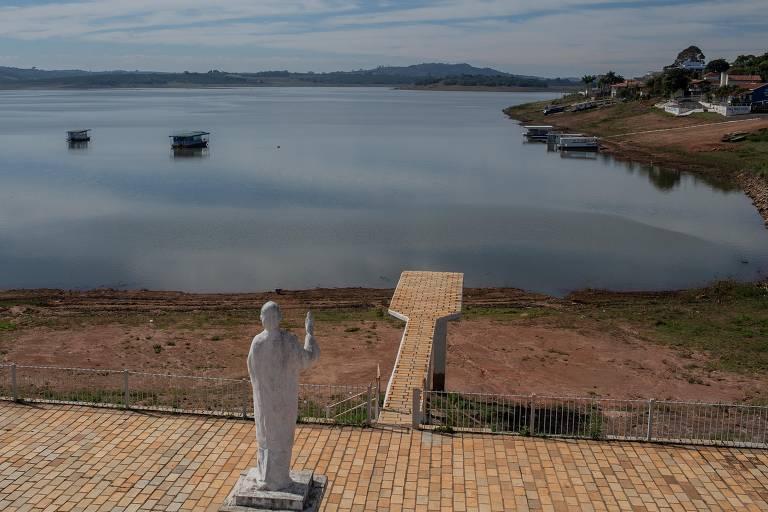 Imagem mostra trampolim sem água em Fama, no interior de Minas Gerais