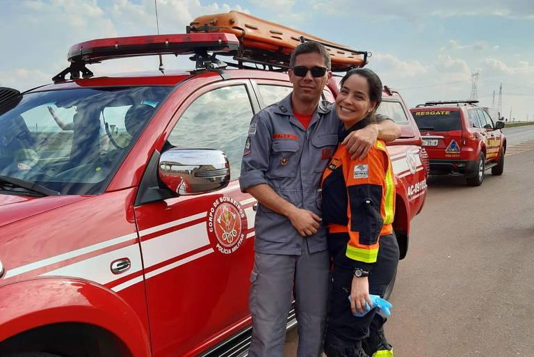 Bombeiro pede enfermeira em casamento em veículo de unidade de resgate