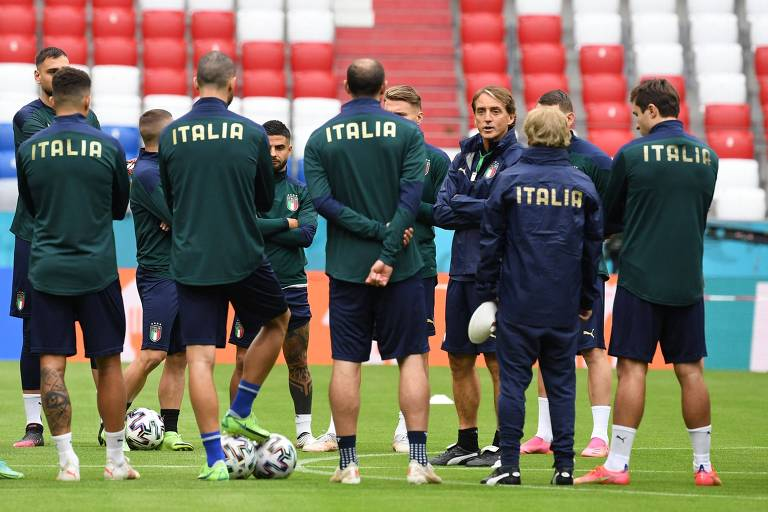 Roberto Mancini conversa com os atletas italianos no treino desta quinta (1º), em Munique