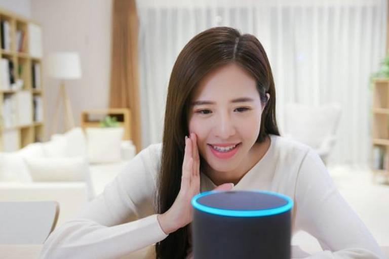Mulher sorri para a Alexa, da Amazon