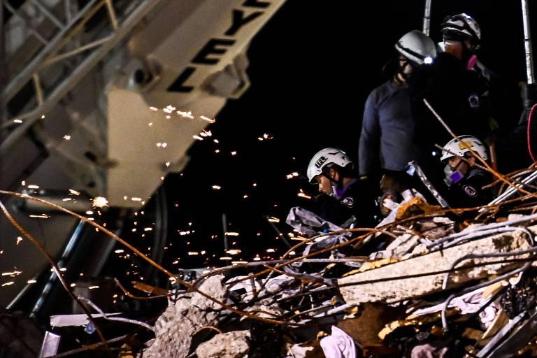 Bombeiros buscam sobreviventes em meio a escombros do Champlain Towers South, em Surfside