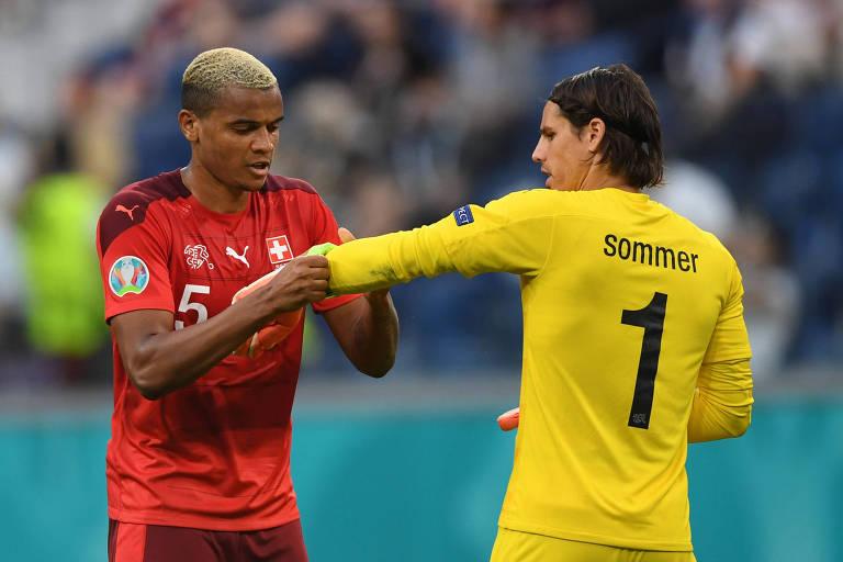 Zagueiro Akanji coloca a braçadeira de capitão no goleiro Sommer