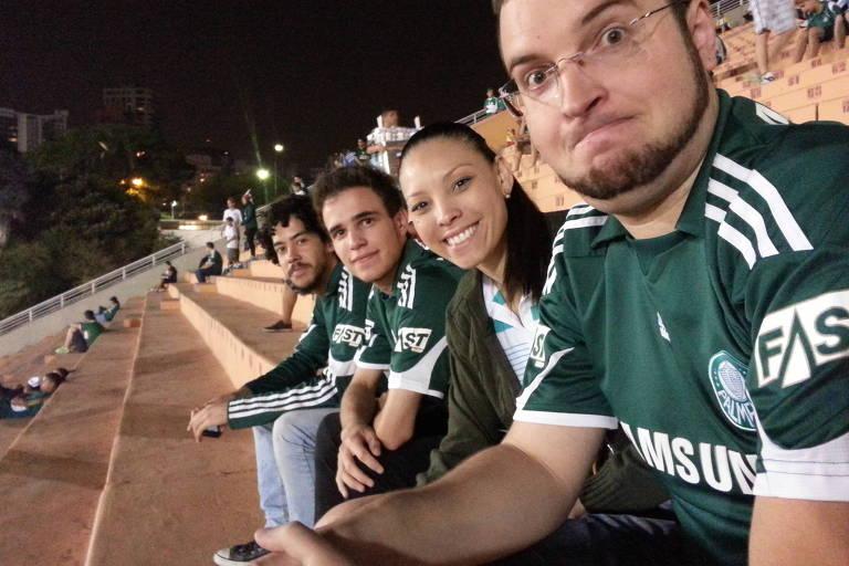 Sahur Silva, 24, com amigos assistindo a uma partida de futebol no tobogã do estádio do Pacaembu