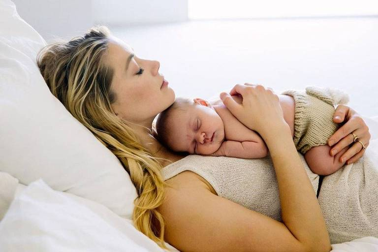 Amber Heard publica primeira foto com a filha, Oonagh Paige Heard