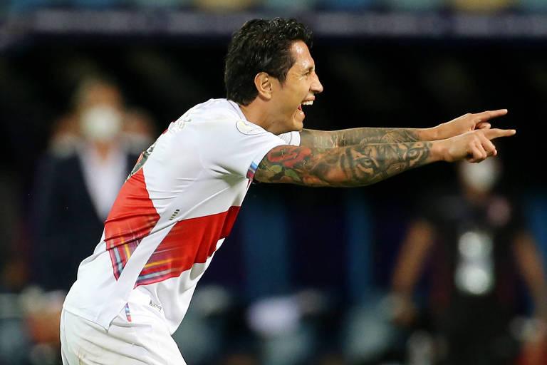 Lapadula comemora gol do Peru sobre o Paraguai em partida pela Copa América
