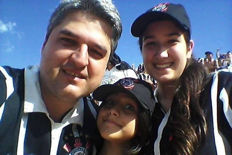 Chiara Pericinote Gonçalves com a sua família assitindo a um jogo no estádio do Pacaembu, em São Paulo