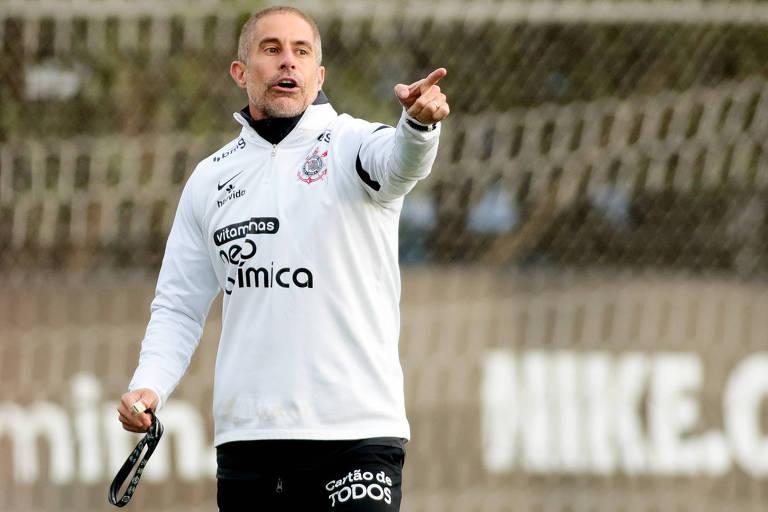 Com Sylvinho pressionado, Corinthians encontra treinador que rejeitou seu lugar