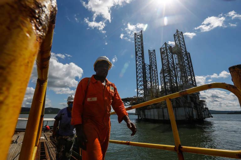 Operários trabalham na desmontagem das plataformas da enseada do Paraguaçu