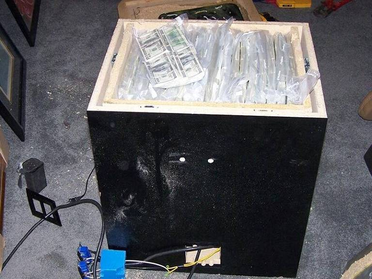 Cerca de R$ 12,5 milhões em dinheiro vivo foram encontrados debaixo de um aquário na casa de um traficante na Filadélfia